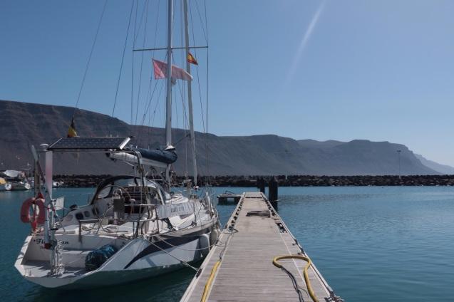 Florestan au port de Graciosa, face aux falaises de Lanzarote