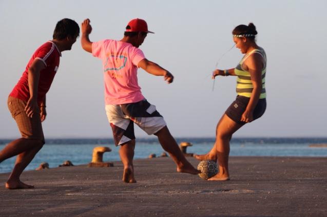 Partie de foot sur le quai du village d'Ahe