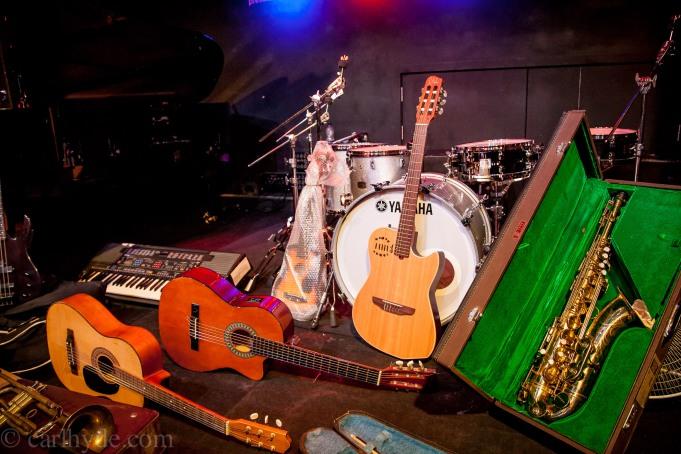 Au centre, appuyée sur la batterie, la guitare Godin offerte à Music Fund par Nitin Shawney