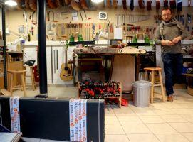 Préparation de la guitare Godin par Christian Bertram à l'atelier de Marche-en-Famenne