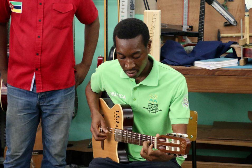 Gilberto Chissaque joue la guitare Godin, dont il est désormais le responsable