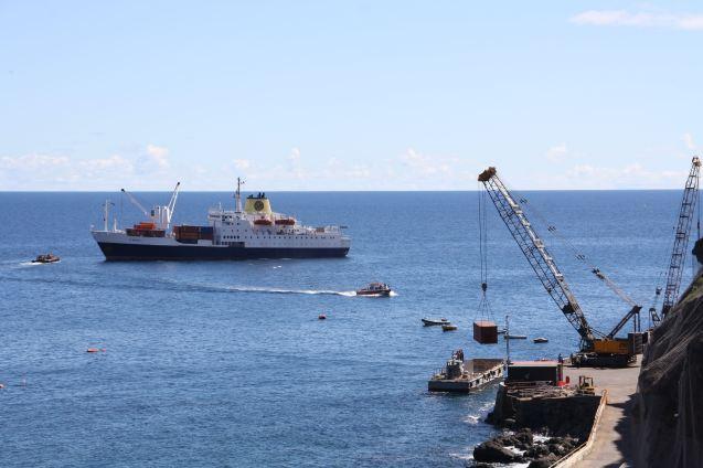 Le ferry achemine les passagers du RMS vers les Steps tandis que la barge débarque les containers